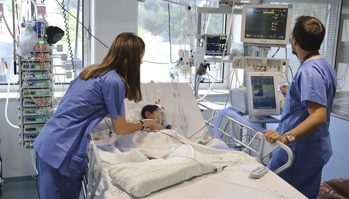 Enfermera de Pediatria cuida de un niño en Cuidados Intensivos