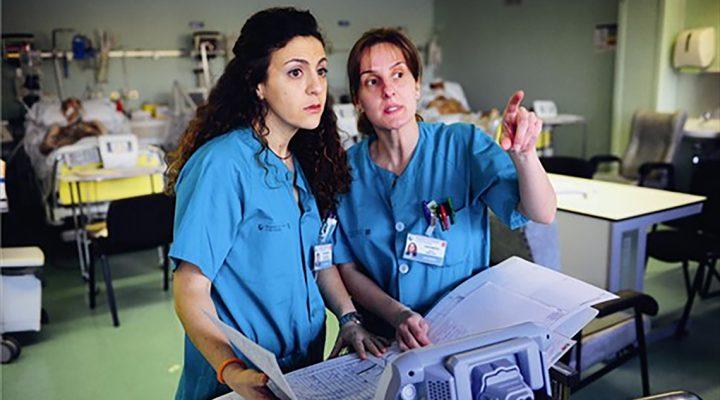 Enfermera cambia el turno con una compañera
