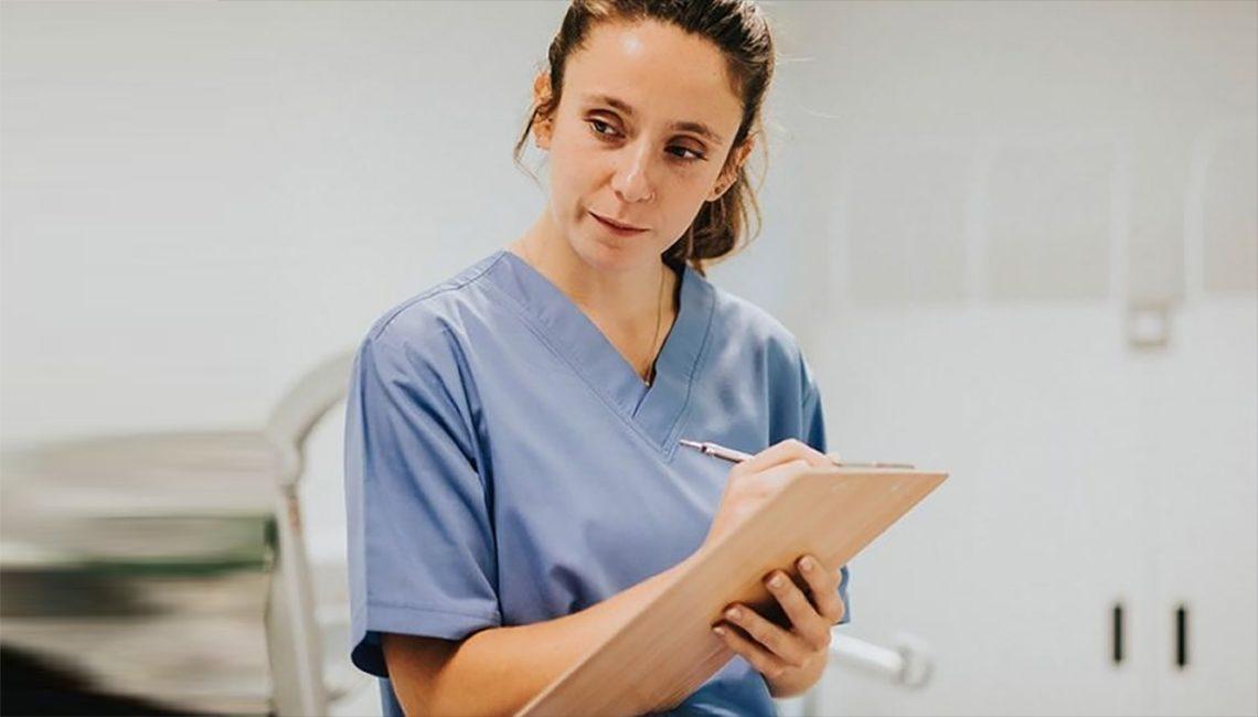 Enfermera prescribe un medicamento