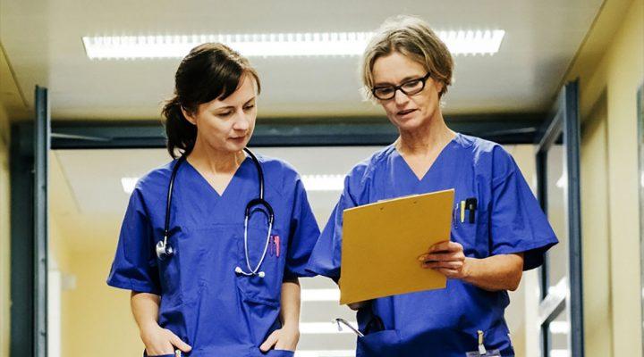 Enfermeras conversan en el pasillo de un hospital