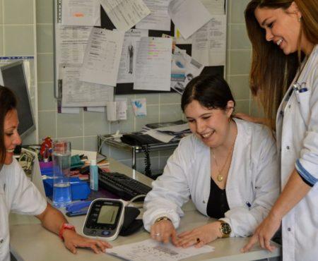 Enfermeras conversan en una consulta de Enfermería