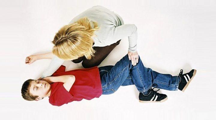 Enfermera escolar actúa ante el ataque de epilepsia de un niño