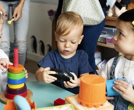 Niñas y niños juegan en un centro infantil