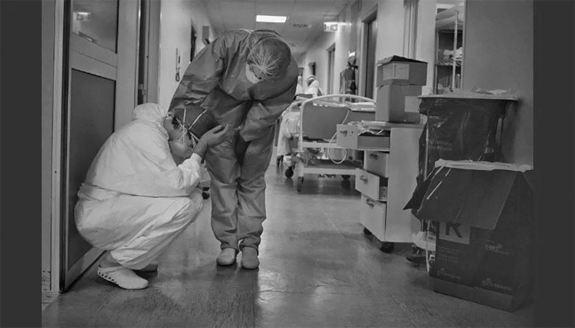 Enfermera consuela a un compañero en plena crisis del Covid-19
