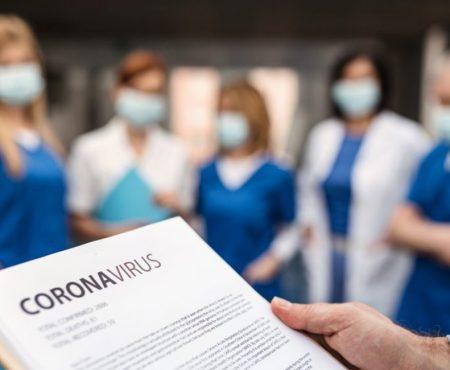 Grupo de profesionales sanitarios y estudiantes recibe indicaciones sobre el coronavirus