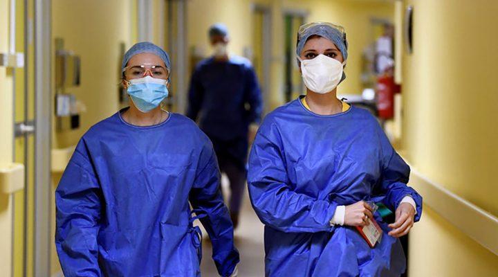 Dos enfermeras caminan por un hospital en plena crisis del COVID-19