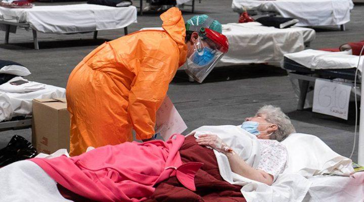 Enfermera atiende a una persona mayor víctima del COVID-19