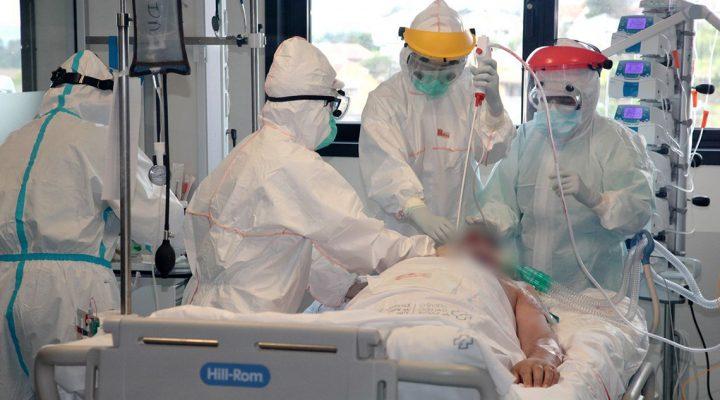 Enfermeras, en plena intervención a un paciente víctima de COVID-19