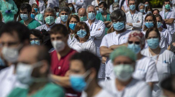 Enfermeras y profesionales sanitarios guardan un minuto de silencio por el fallecimiento de un compañero víctima de COVID-19