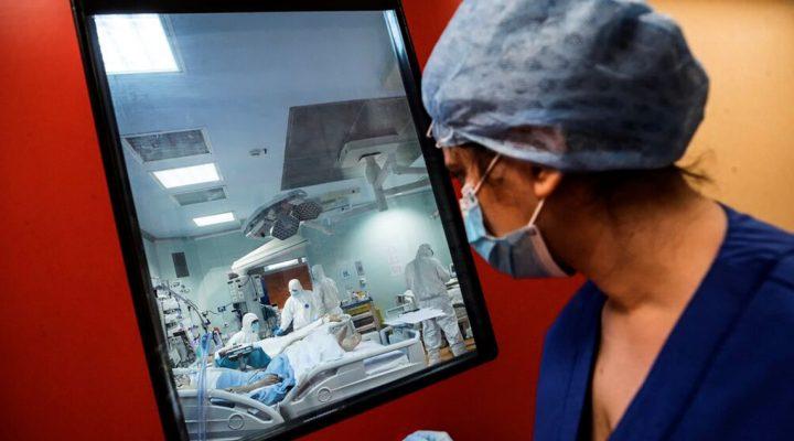 Una enfermera accede a la UCI de pacientes de COVID-19