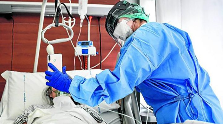 Una enfermera hace posible que un ingresado por coronavirus vea a su familia por el móvil
