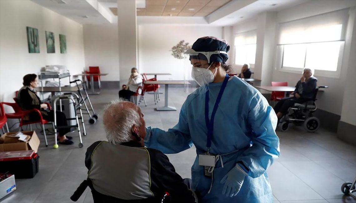 Enfermera atiende a una persona en una residencia de mayores en plena crisis del COVID 19