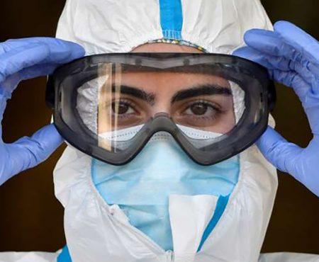 Enfermera preparada para actuar con el Equipo de Protección Individual (EPI) contra el COVID 19
