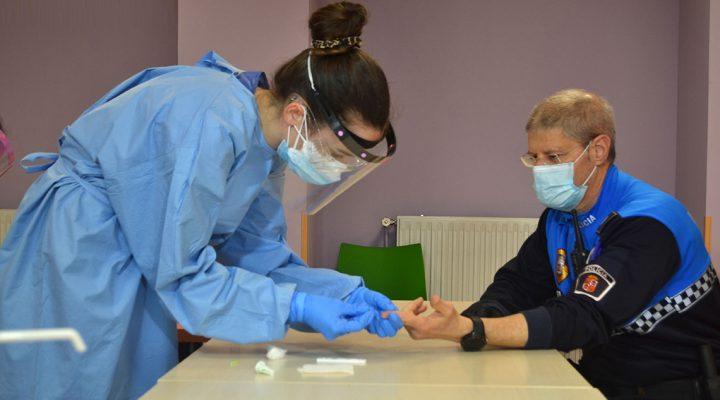 Enfermera toma la muestra de sangre de un Policía para efectuar un test de COVID-19