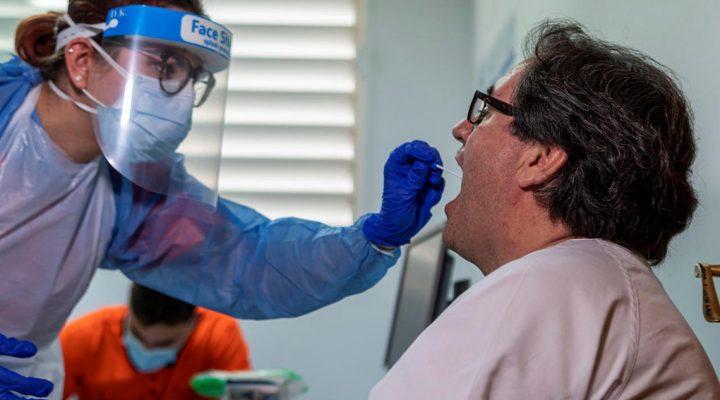 Enfermera toma una muestra para la detección de COVID 19