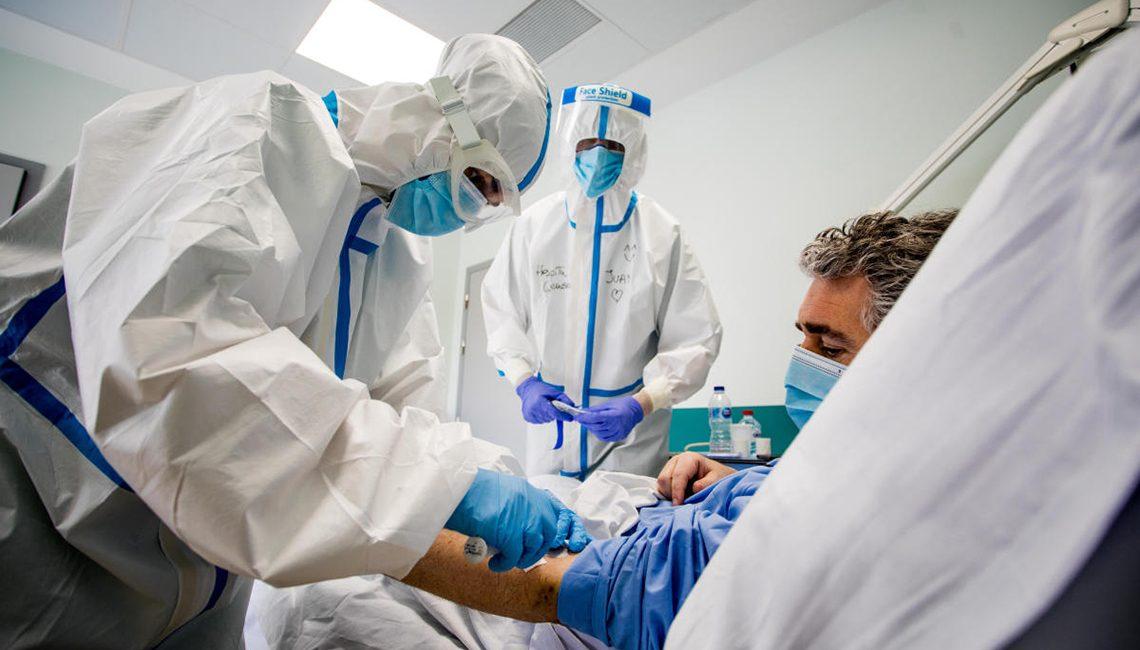 Enfermeras, en pleno tratamiento de un paciente con COVID 19