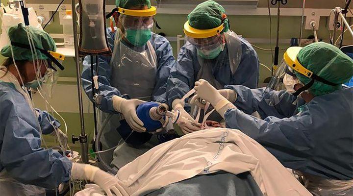 Enfermeras en una UCI en plena intervención a un paciente con COVID