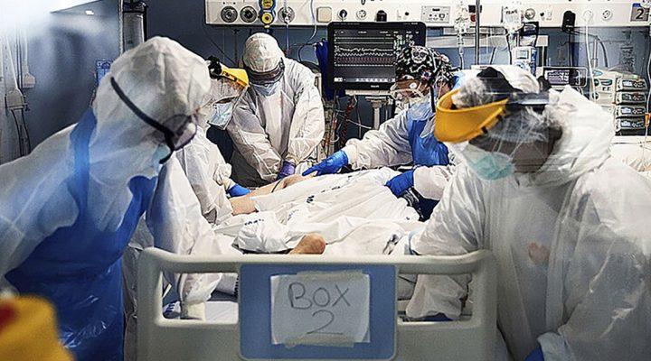 Enfermeras y profesionales sanitarios atienden en la UCI a un paciente con coronavirus