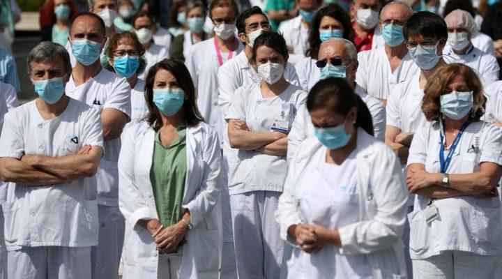 Enfermeras y profesionales sanitarios guardan un minuto de silencio por los fallecidos por COVID 19