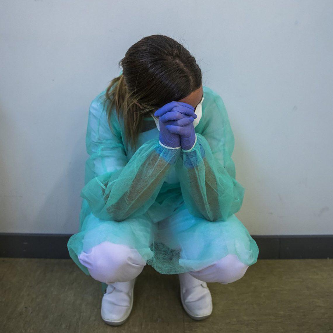 Enfermera cansada en los peores días de la lucha contra el COVID 19
