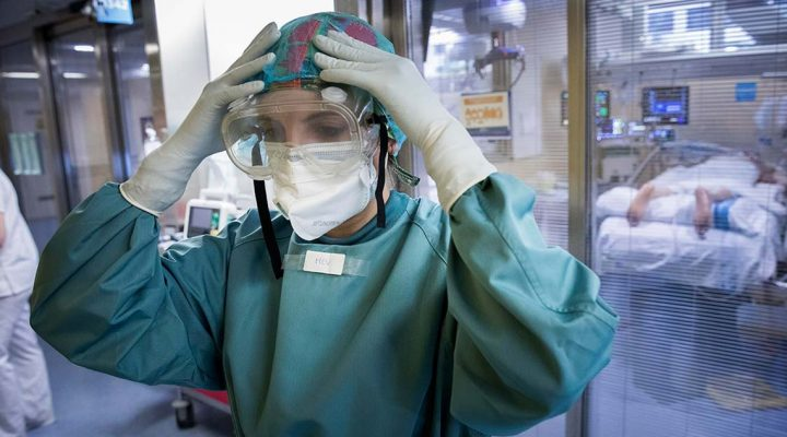 Enfermera, a la entrada de una Unidad de Cuidados Intensivos (UCI) de pacientes con COVID 19