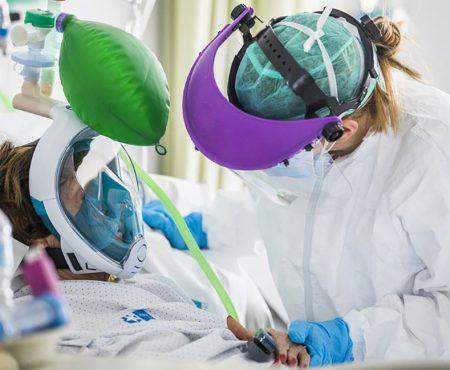 Enfermera cuida de una mujer ingresada en la Unidad Cuidados Intensivos por COVID 19