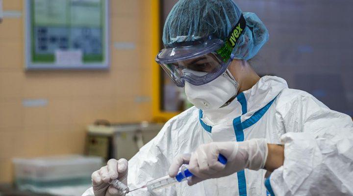 Enfermera equipada con un Equipo de Protección Individual (EPI) contra el COVID-19