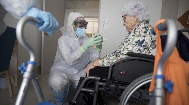 Enfermera habla con una mujer en una residencia de mayores en plena crisis del COVID 19