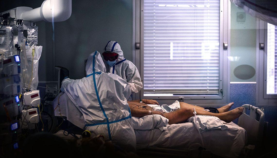 Enfermeras de UCI atienden a un paciente ingresado en la Unidad Cuidados Intensivos por COVID 19