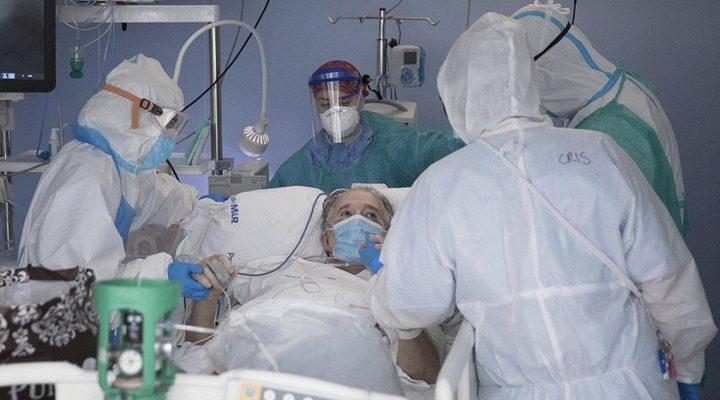 Enfermeras y profesionales sanitarios atienden una persona mayor afectada por COVID 19