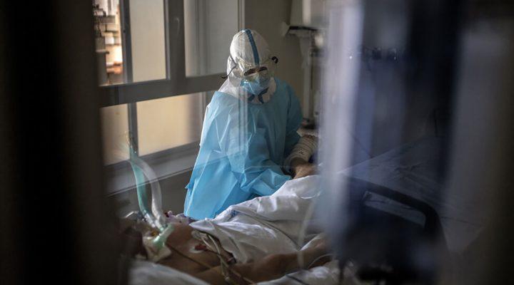 Fisioterapeuta atiende un paciente con COVID 19