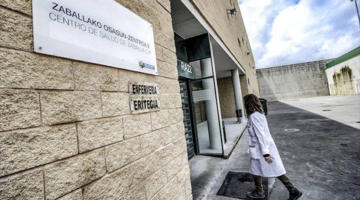 Enfermera accede a la enfermería de la prisión de Álava