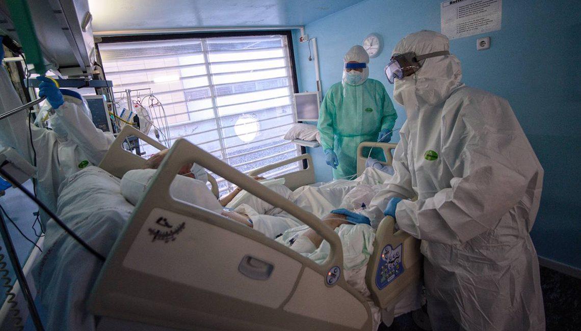 Enfermera hablando con un paciente víctima del COVID 19