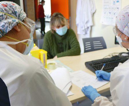 Enfermeras de Atención Primaria atienden a una mujer en un centro de salud en plena crisis del COVID 19