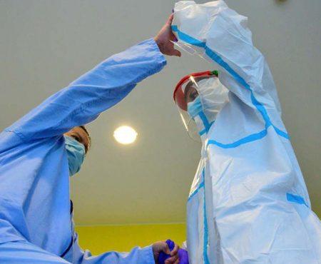 Fisioterapeuta inicia el tratamiento a un paciente con COVID 19