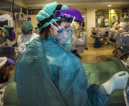 Enfermera en plena intervención a un paciente con COVID 19