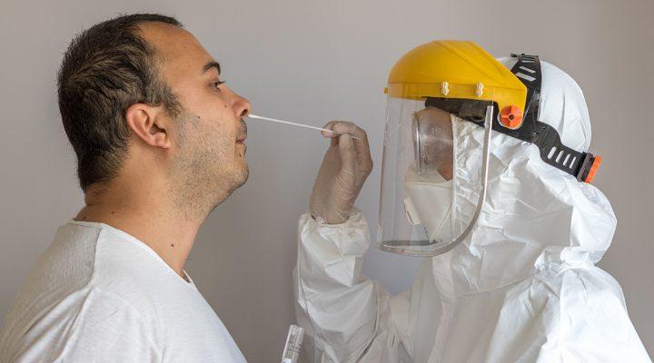 Enfermera realiza una prueba PCR del COVID 19 a un hombre