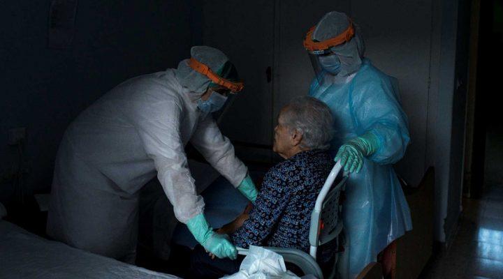 Equipo de enfermeras atiende a una mujer en una residencia de mayores