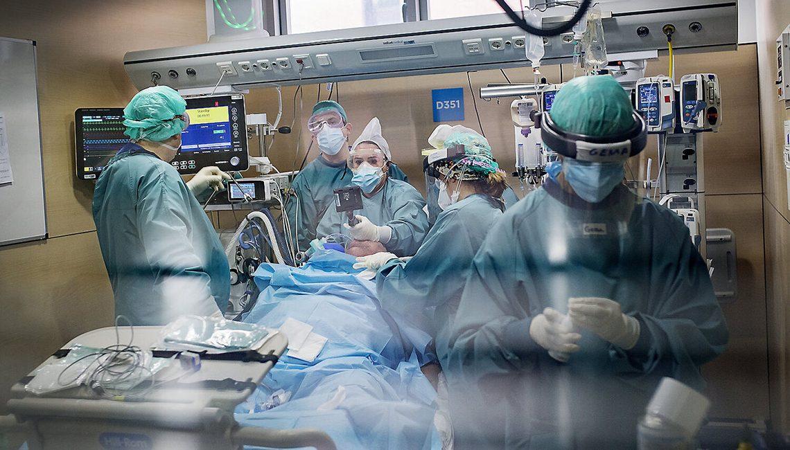 Grupo de enfermeras y enfermeros en plena intervención a un paciente con COVID 19