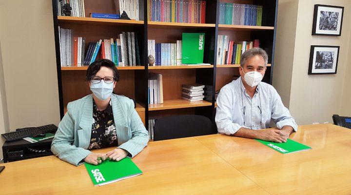 Reunión del presidente de SATSE, Manuel Cascos, y la presidenta de la AEEE, Alicia Andújar