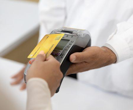 Cliente realiza el pago con tarjeta de crédito en una farmacia
