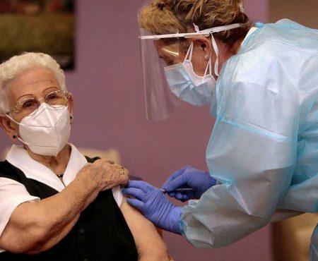 Enfermera administra a Araceli la primera vacuna contra la COVID 19 en España